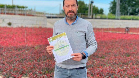 El gerente de Río Tollo, José Collazo, con el certificado GLOBALGAP y GRASP